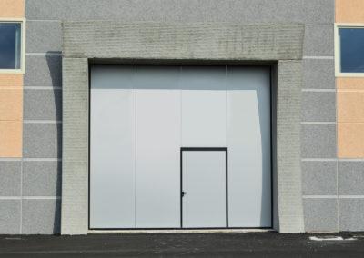 1 - Portone scorrevole industriale ATLANTE - Grigio RAL 9006 con vetrature - 02 (2)