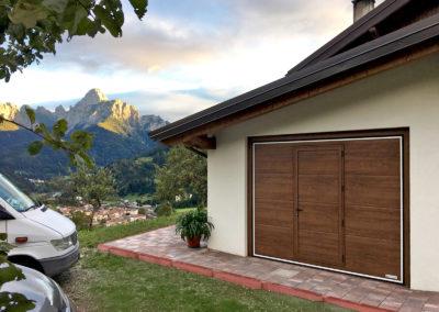 Portone basculante da garage SWING - Simil legno noce porta pedonale