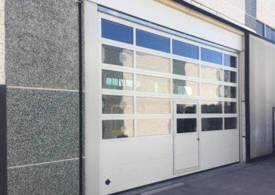 Portone sezionale industriale DOCK - Stucco bianco C21 Visa porta pedonale